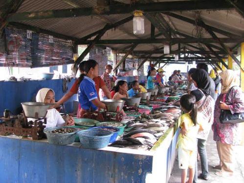 asik yaaa, banyak hasil laut segar di sini.