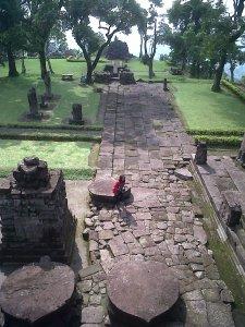 Kompleks candi Sukuh terlihat dari puncak undak ketiga, undakan terakhir