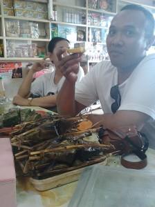 Pengkang makanan ketan santan bungkus daun kelapa