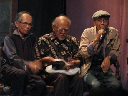 Sapardi Djoko Damono (kanan), Rachmat DJoko Pradopo (tengah) dan Waluyo DS dalam peluncuran kembali kumpulan puisi Hujan Bulan Juni dan peluncuran buku Cello, kumpulan cerita kaya Waluyo DS, Studio Teater Garasi, Rabu (23/6/2010).