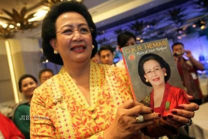 "Gusti Kanjeng Ratu Hemas menunjukkan buku berjudul ""Ratu di Hati Rakyat"", Rabu (31/10/2012). Foto: Desi Suryanto"