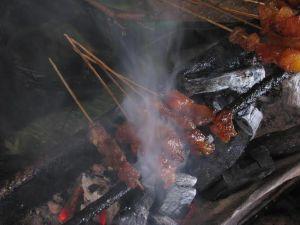 dinikmati panas lebih pas, tentunya bagi yang tidak jijik dengan cara memanggang sate seperti ini :p