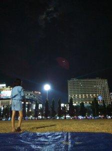 Lapangan Simpang Lima Semarang di malam hari yang cukup sepi. Mata telanjang melihat langit dan lampu-lampu. (nina)