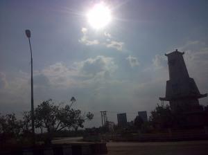 Terasa jauh untuk menempuh Banjarbaru ke Banjarmasin. Jalan lebar tapi sepi dan tampak tak terawat. debu...debu...debu...