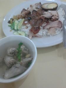 nasi campur atau nasi dengan daging babi. sup ceker kaldu ngoik ngoik.