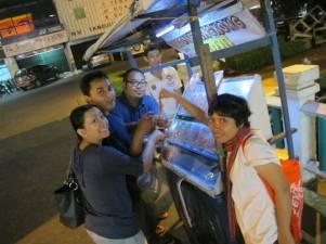 Penjual juhi atau cumi/sotong kering di pinggir jalan. Ada yang suka makan buat camilan, bisa dimakan dengan nasi hangat.