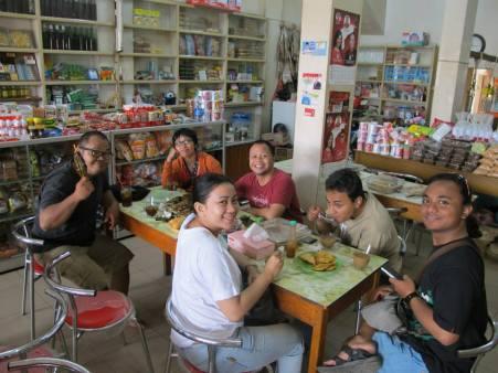 Istirahat setengah perjalanan di Sungai Pinyuh, makan pengkang makanan ketan bersantan dibungkus daun kelapa.