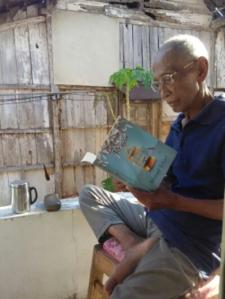 Bapak, saat singgah di Semarang pertengahan Juli 2015. Menyegarkan diri dengan berjemur sambil membaca. (nina)