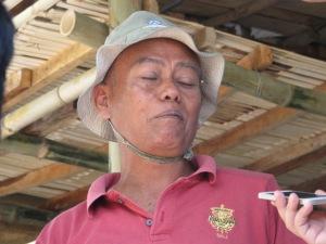 Pak Winarso, petani tembakau kemitraan yang mencecap untungnya menanam tembakau di ladang tadah hujan.