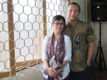 Mas Bojo mengenakan batik sekar jagad, yang juga kesukaan ibu mertuaku :)